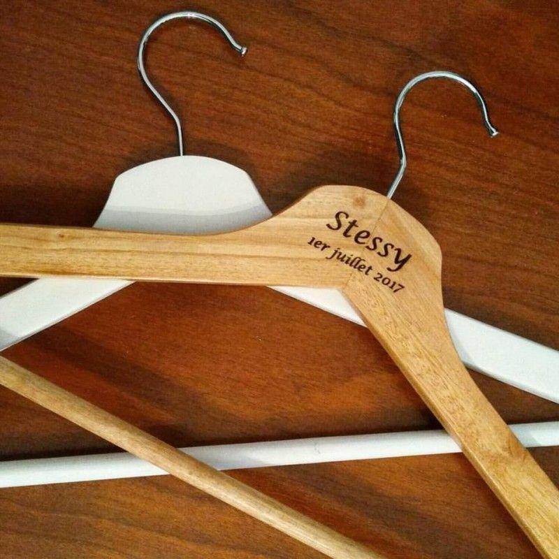Cintre en bois gravé avec votre prénom ou tout petit texte