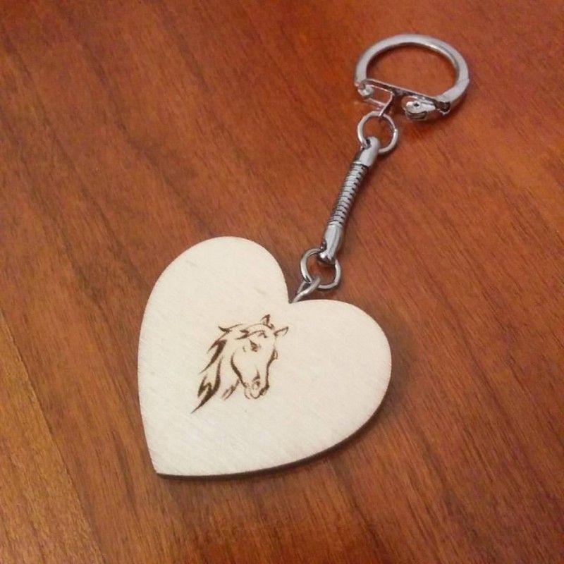 Porte clé avec petit coeur en bois personnalisé