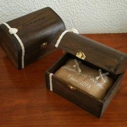porte-alliances : le coffre en bois verni