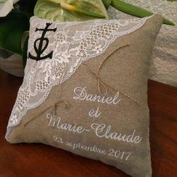 Coussin de mariage / porte-alliances en lin et dentelle, personnalisé brodé avec une croix camarguaise, avec les prénoms des fut
