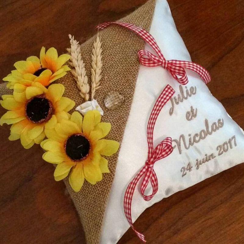 Coussin de mariage / porte-alliances personnalisé champêtre avec épis de blé et tournesols brodé avec les prénoms des futurs mar