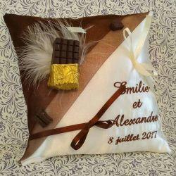 Coussin de mariage / porte-alliances personnalisé pour un mariage sur le thème de la gourmandise, avec tablette de chocolat, bro