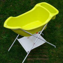 baignoire de couleur verte avec pied en forme de bateau babyboat - babymoov